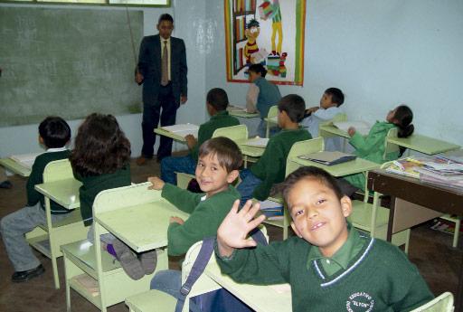 Clase para niños de la ong remar en ecuador