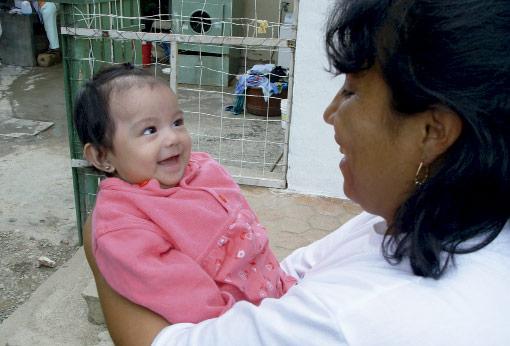 Madre con niña ong remar en ecuador