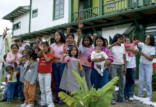 Madre con hijos en hogar de la ong remar en ecuador