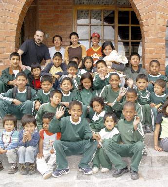 Niños en casa de la ong remar en ecuador