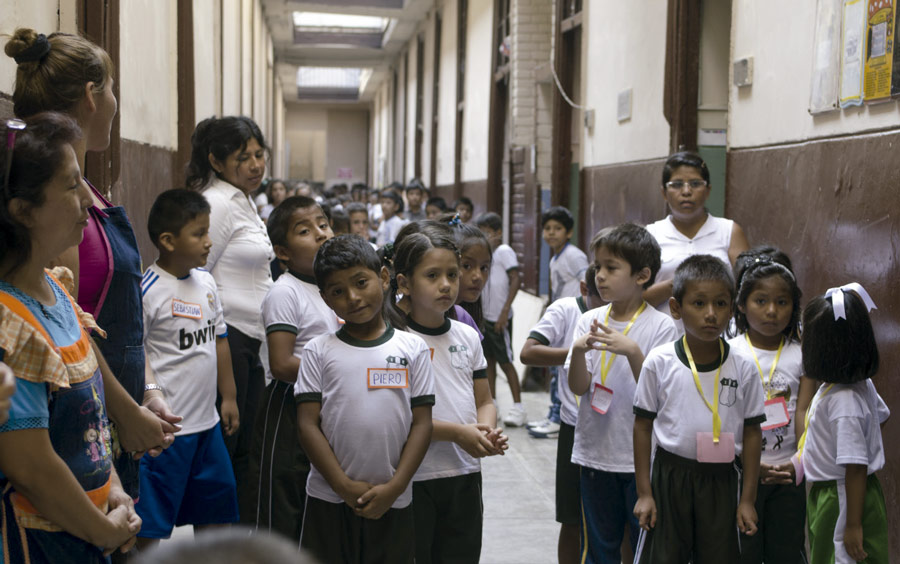 Niños en escuela ong remar en peru