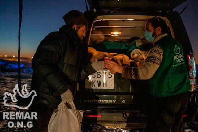 Repartiendo comida a personas sin hogar