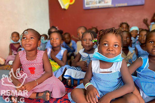 Niños sentados en clase